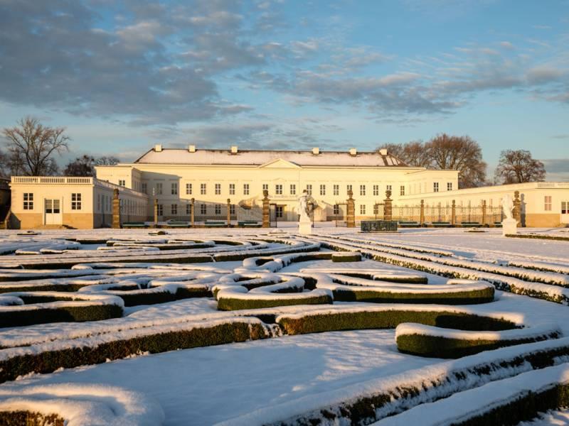 Schlossgebäude von Schnee bedeckt.