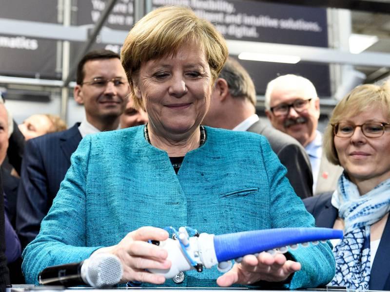 Frau mit Roboterteil