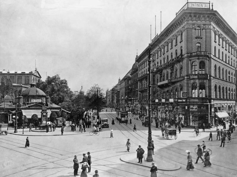 Historisches Foto eines Stadtplatzes mit Straßenbahnschienen