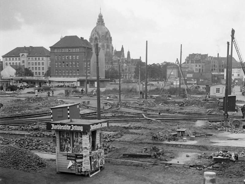 Historisches Foto einer Baustelle mit Straßenbahnschienen