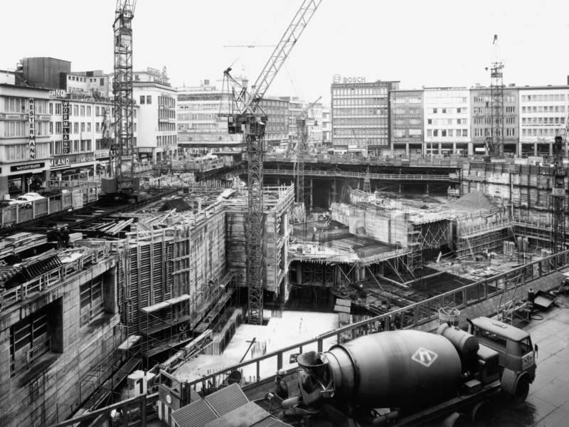 Historisches Foto einer sehr großen Baugrube