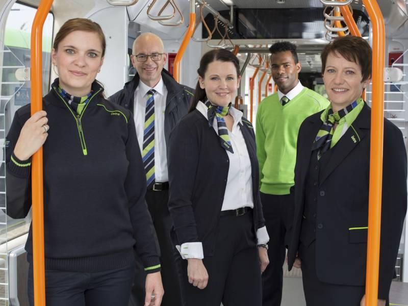 Drei Frauen und zwei Männer in Stadtbahn