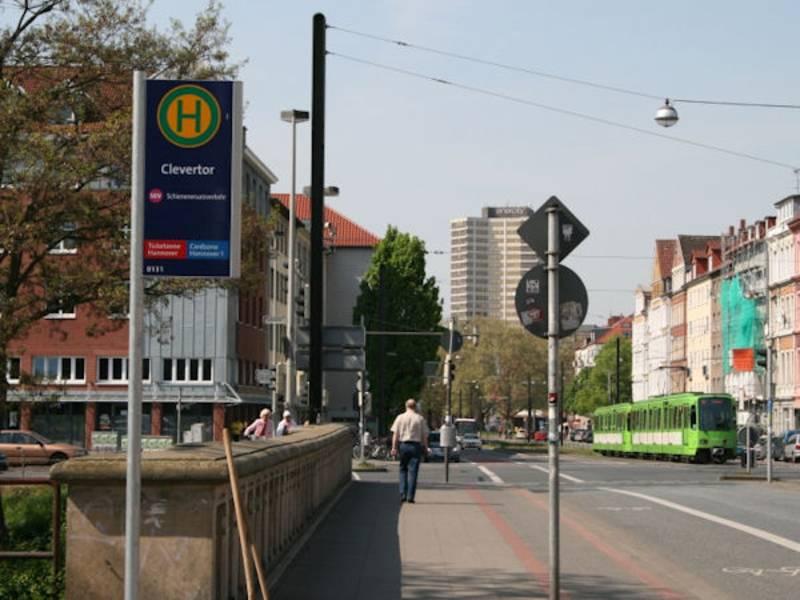 Haltestellenschild mit Stadtbahn