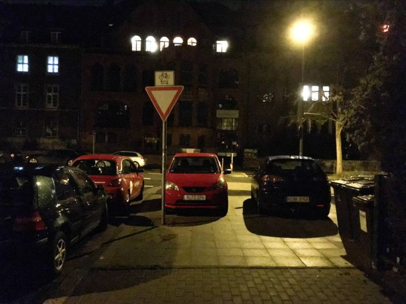 Parkende Autos bei Nacht