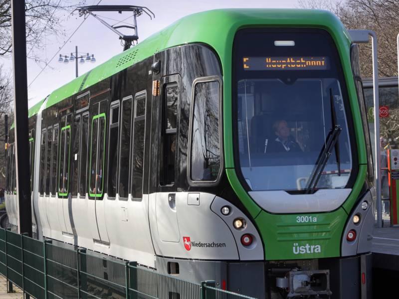 Stadtbahn hält an Hochbahnsteig.