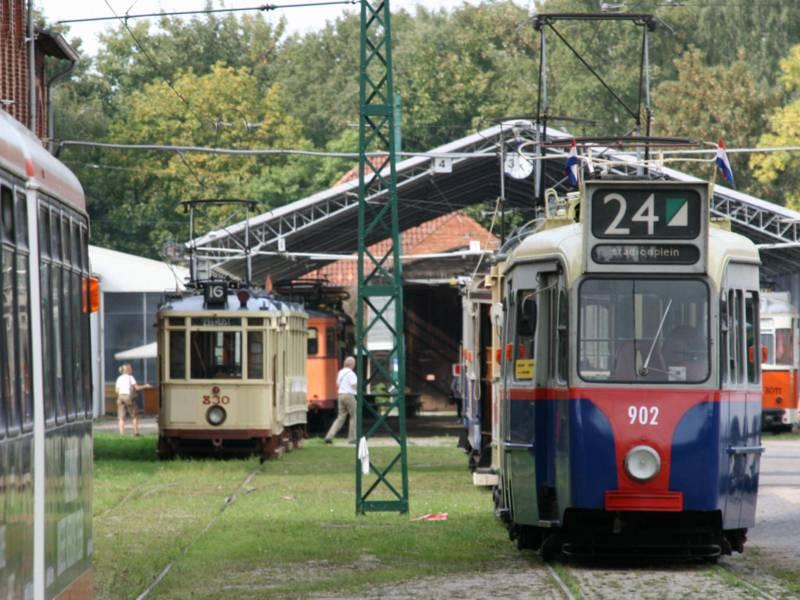 Verschiedene alte Straßenbahnen auf dem Museumshof.