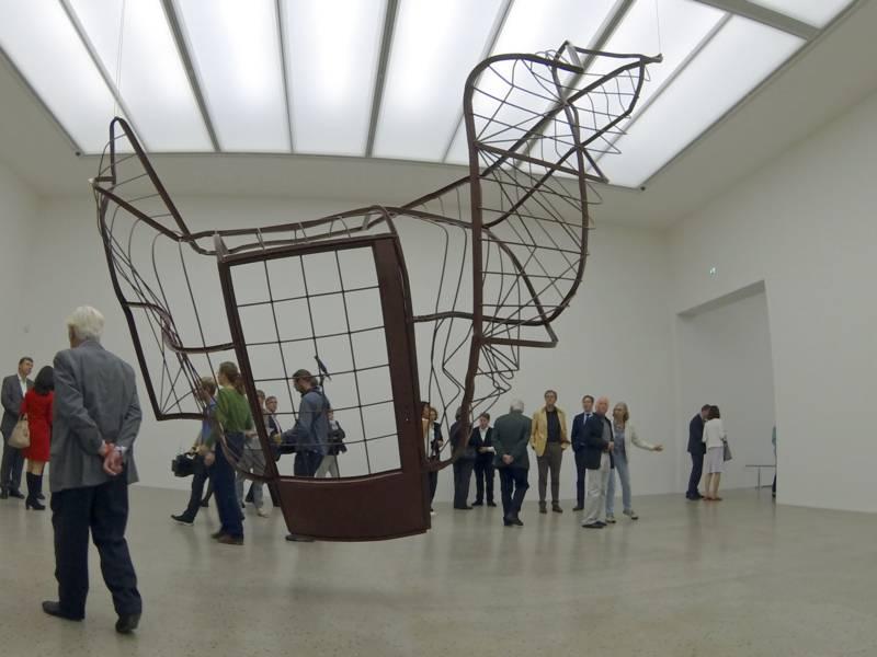 Hängende Skulptur in einem Raum