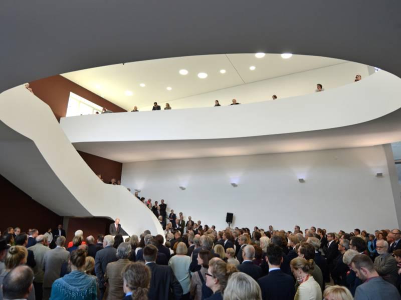 Saal mit vielen Menschen