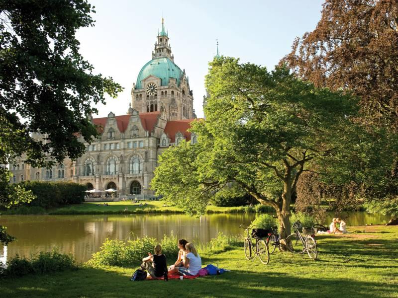 Park mit Teich vor historischem Gebäude