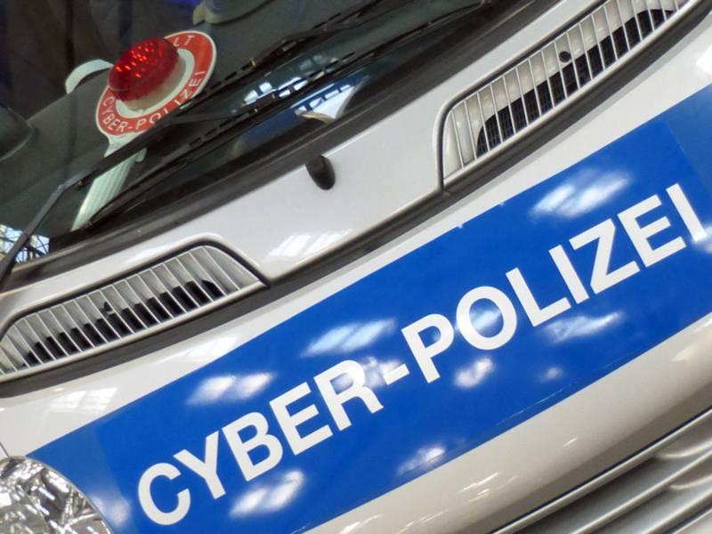"""Motorhaube eine Polizeiautos mit der Aufschruft """"Cyber-Polizei"""""""