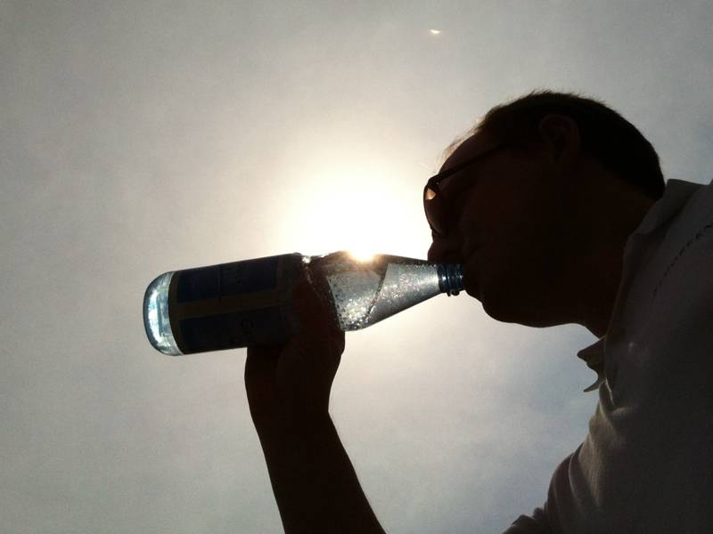 Ein Mann trinkt aus einer Flasche