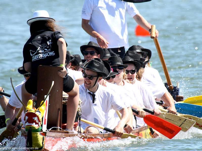 Rudernde Menschen in einem Dracheboot