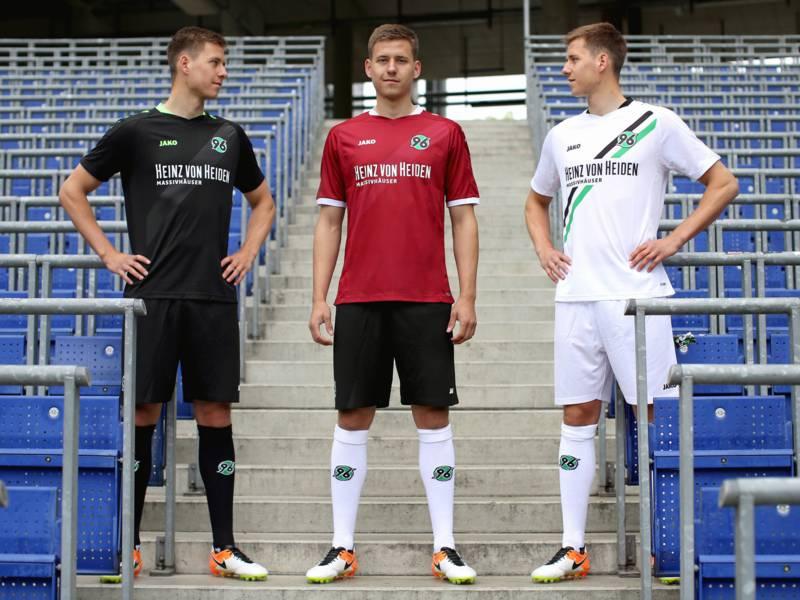 Fotomontage: Dreimal der gleiche junge Mann in verschiedenen Fußballtriktos auf einer Stadiontribüne.