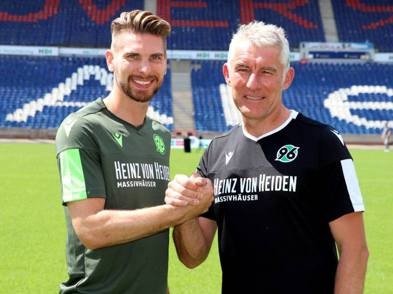 Zwei Männer in Trikots von Hannover 96