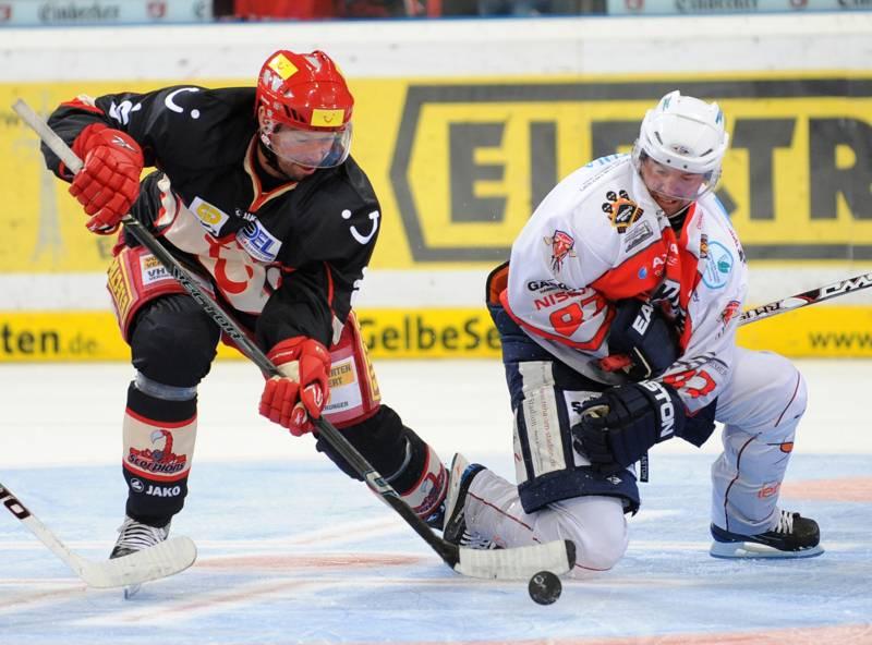 Zwei Eishockeyspieler kämpfen um den Bully.