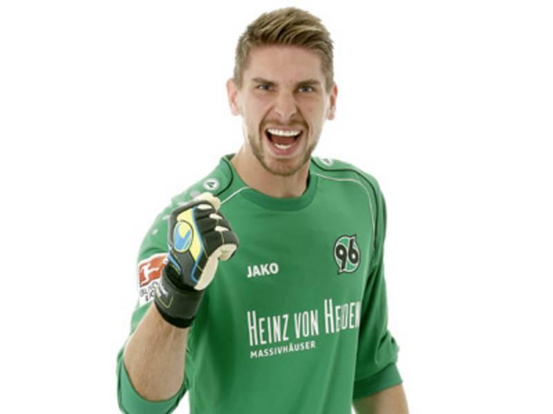Junger Mann mit Torwarttrikot von Hannover 96