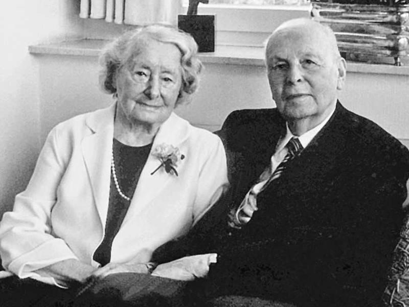 Eine Frau und ein Mann auf einem Sofa