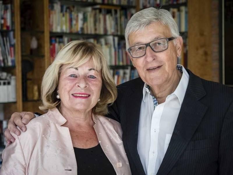 Eine Frau und ein Mann vor einem Bücherregal