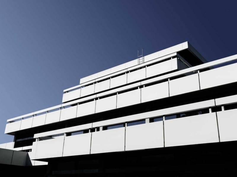 Modernes Gebäude mit verschieden breiten Stockwerken