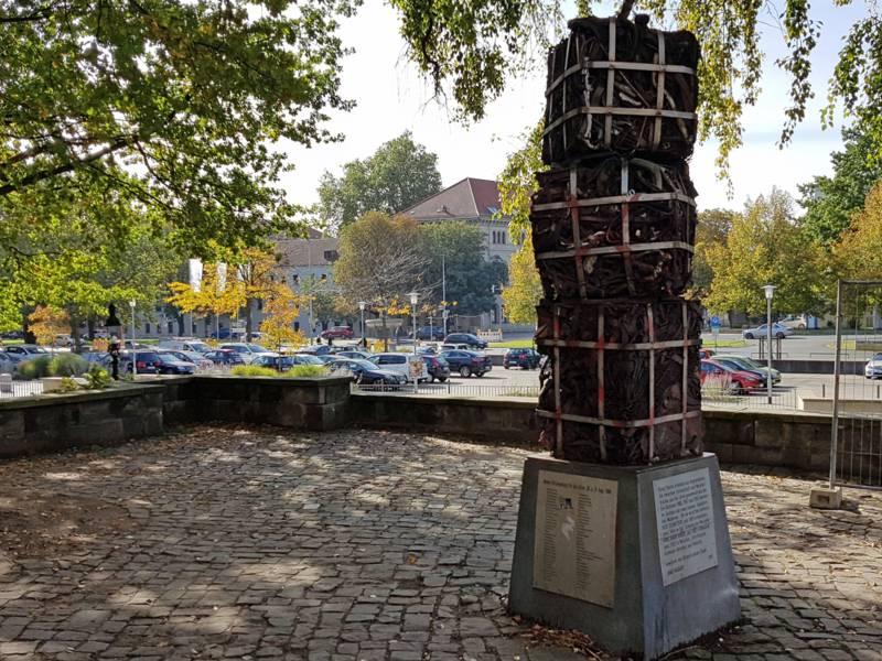 Eine Skulptur, bestehend aus drei aufeinander gestapelten Würfeln aus Unrat