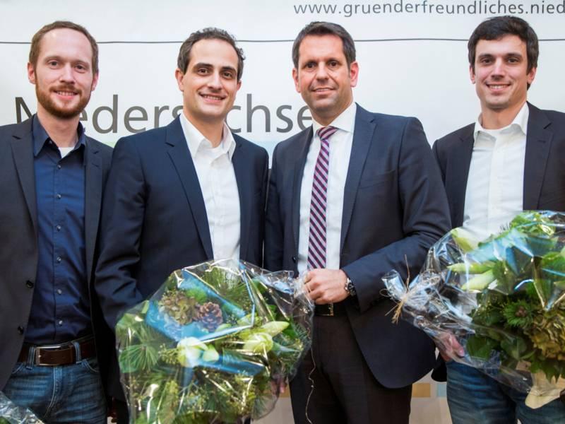 Vier Männer in Anzügen