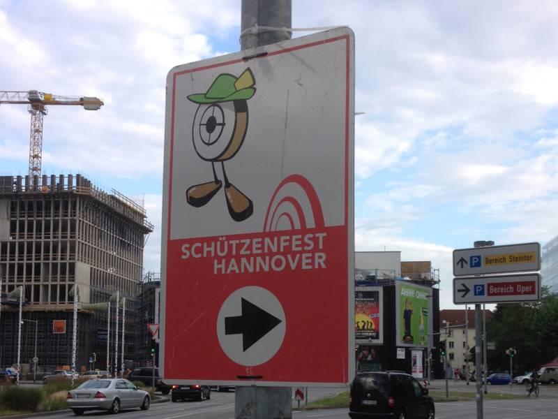 Verkehrsschild, das die Richtung zum Schützenplatz anzeigt.