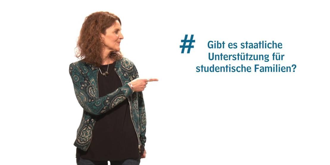 """Eine Frau zeigt auf einen Text: """"#Gibt es staatliche Unterstützung für studentische Familien?"""""""