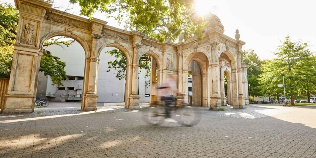 Fahrradfahrer vor Gebäude