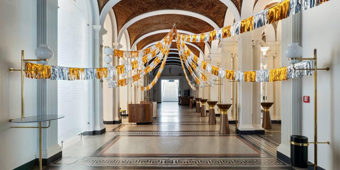 Große sternenförmige Girlande im Foyer der Staatsoper.