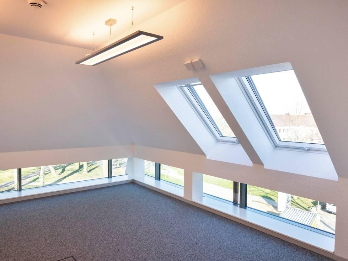 Blick in einen modernen Innenraum mit Dachschräge.
