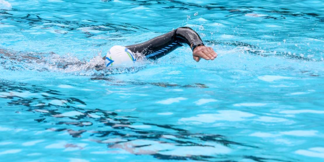 Jemand schwimmt in einem Becken