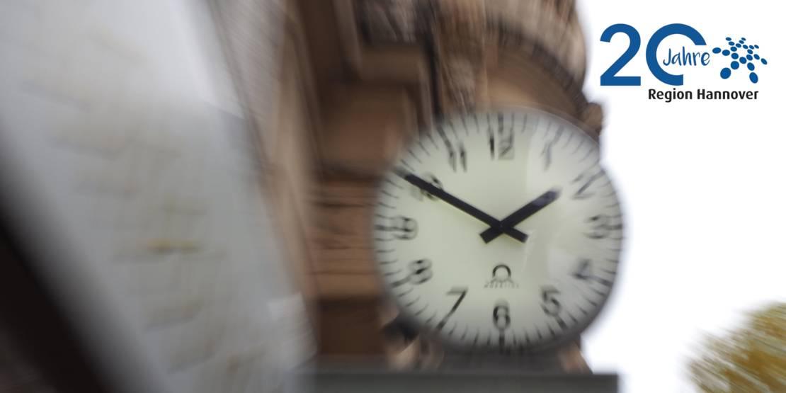 Verschwommene Aufnahme einer Uhr