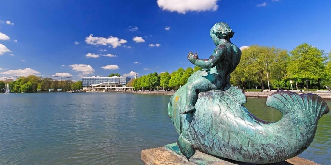 Fischstatue am künstlichen Ufer eines Sees