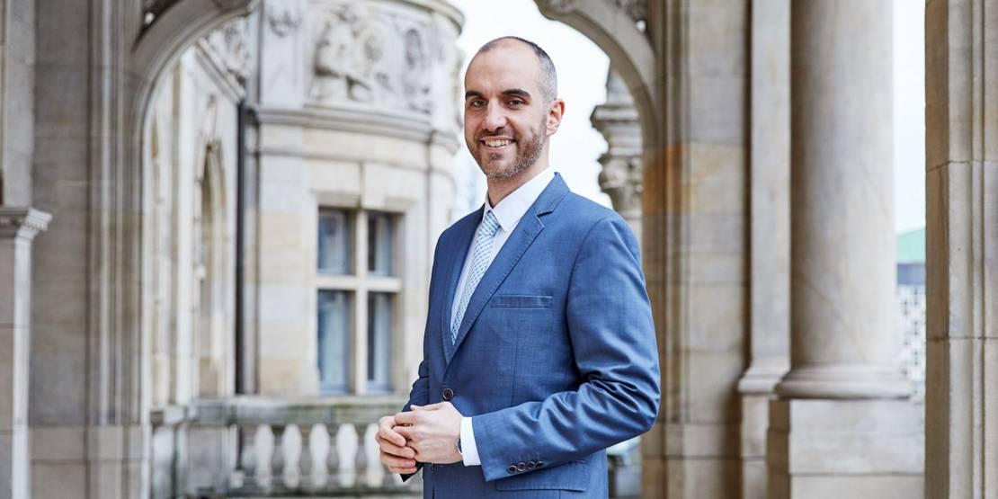 Portraitfoto von Oberbürgermeister Belit Onay auf dem Balkon des Neuen Rathaus Hannover