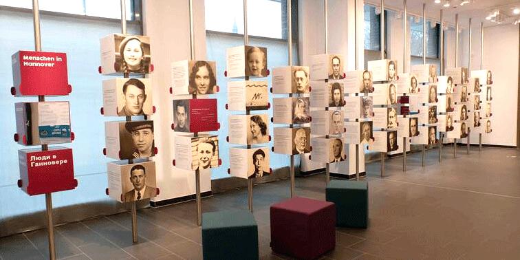"""Die Portraitwand bildet das """"Herzstück"""" der Ausstellung im ZeitZentrum Zivilcourage."""