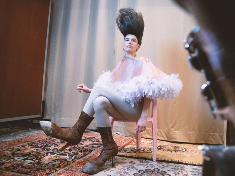 Frau mit Huf-förmigen Schuhen