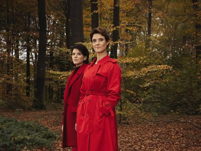 Zwei Frauen stehen im Wald