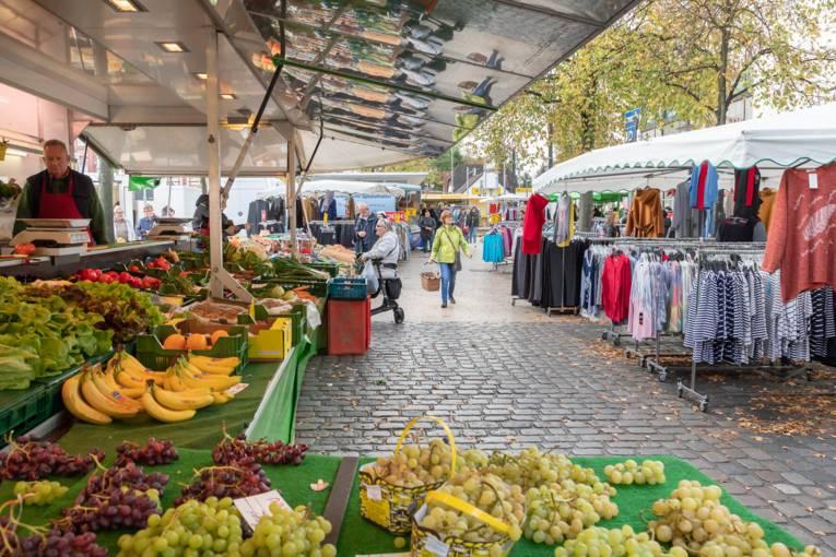 Impressionen vom Wochenmarkt Herrenhausen: Marktstände, Kunden und Händler.