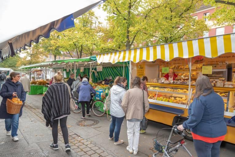 Kundinnen und Kunden auf dem Wochenmarkt Schaperplatz.