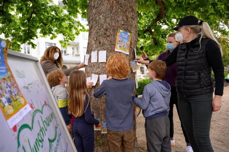 Kinder und Erwachsene bei einer Aktion am Nachbarschaftstag 2021.