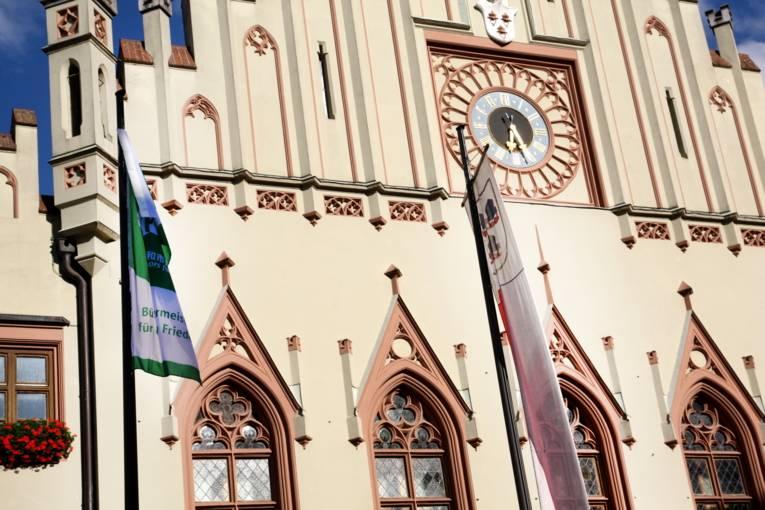"""Flagge gegen Atomwaffen: Auch die Stadt Landhut als Mitglied des """"Mayors for Peace""""-Bündnisses beteiligt sich an der Aktion und hisst vor dem Rathaus die Flagge der """"Bürgermeister*innen für den Frieden"""""""