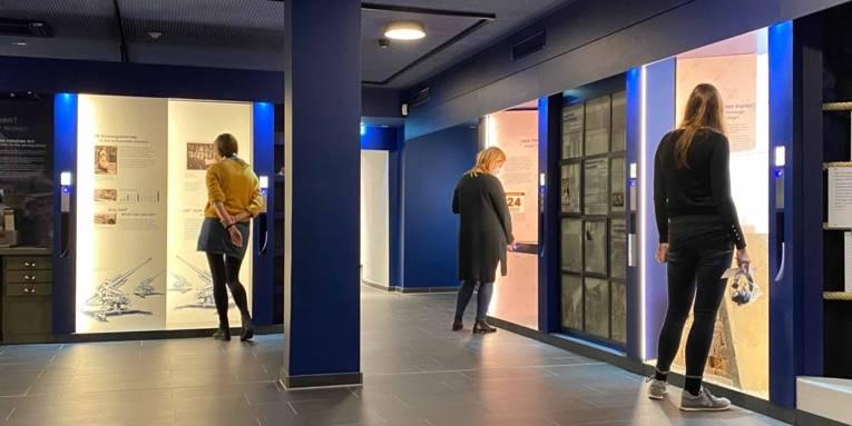 """Besucherinnen vor den Kabinetten im Modul """"Meine Nachbarn?"""" in der Ausstellung des ZeitZentrum Zivilcourage"""
