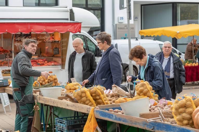 Kartoffel-Händler mit Kundschaft