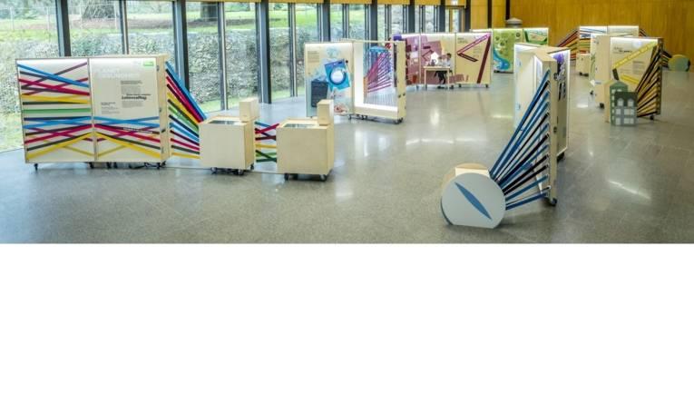 """Gesamtübersicht über die Ausstellung """"Planet Gesundheit"""" in den Räumen der Deutschen Bundesstiftung Umwelt."""