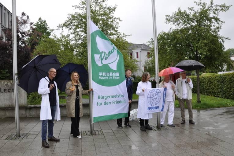 Flaggenaktion mit Landsbergs Oberbürgermeisterin Doris Baumgartl und Mitgliedern der IPPNW-Regionalgruppe