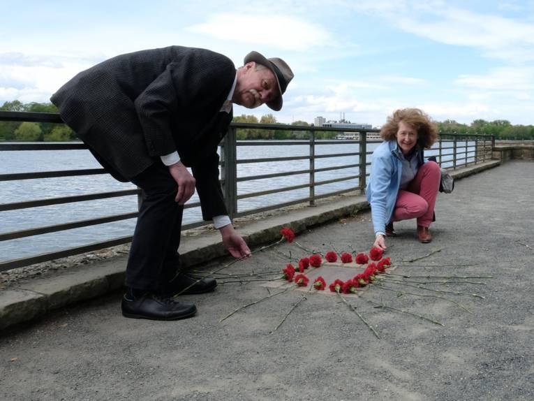 Barbara Schnellbach, Tellkampfschule Hannover, und Lothar Pollähne, Bezirksbürgermeister Südstadt-Bult, legen Blumen zum Gedenken an die Bücherverbrennung in Hannover nieder