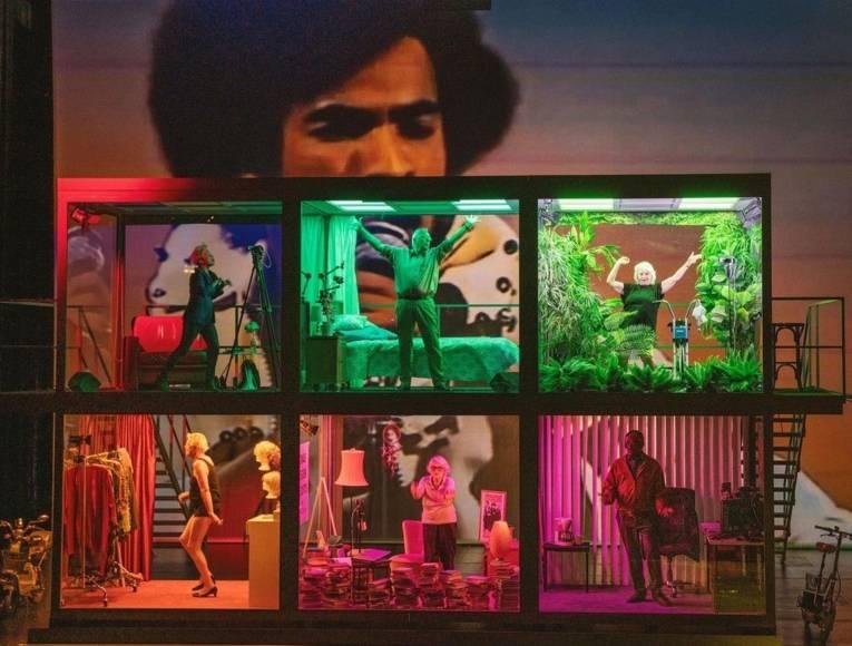 Bühne mit sechs Menschen in Schaukästen