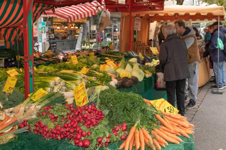 Frisches Gemüse an einem Wochenmarktstand auf der Lister Meile.