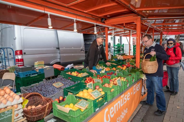 Gute Laune bei Händlern und Kundschaft am Obst- und Gemüsewagen.