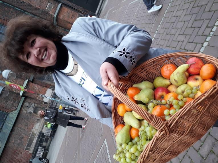 Beim Laubhüttenfest werden Obst und Wein (oder Saft) miteinander geteilt; hier Marina Jalowaja mit Obst für die Gäste der Sukka